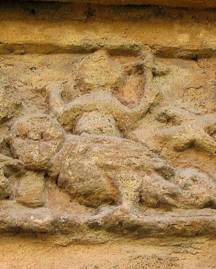 Santa Marina saliendo del dragón con la cruz en la imposta de la portada. Fuente: http://usuarios3.arsystel.com/santamarinasev/