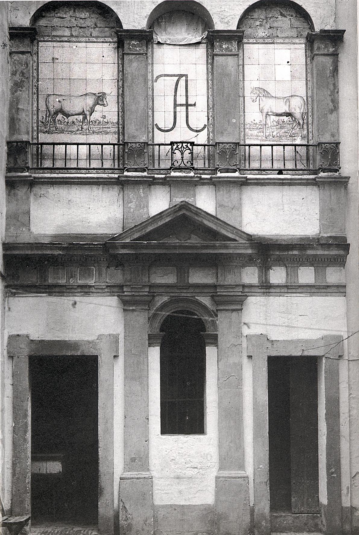 Fotografía de los azulejos del patinillo con un toro, el hierro de la ganadería y un caballo, anterior a la rehabilitación de la vivienda en 1976 por Luis Marín de Terán (fuente: Arquitectura Civil Sevillana)